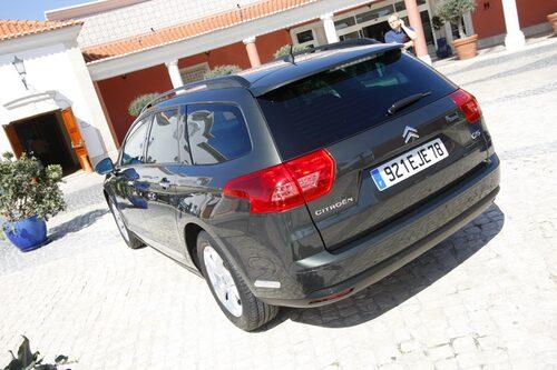Kombin fanns till beskådan men fick inte köras. Börjar säljas samtidigt som sedanen i Sverige. Utmanar Volvo V70.