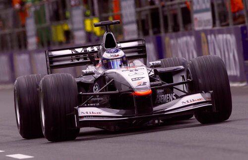 Mika Häkkinen tar en av sina 20 Formel 1-segrar på Silverstone 2001.