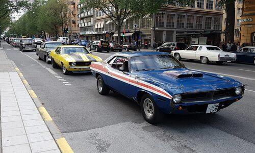 Kan du inte få nog av gamla amerikanska bilar är Sveavägen i Stockholm väl värt ett besök. Sveavägen Cruising äger rum sista fredagen varje månaden under sommaren.