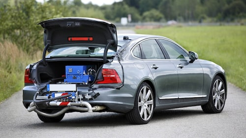 Volvo S90 med så kallad PEMS-utrustning inkopplad för att mäta utsläpp vid verklig körning.