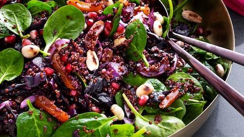Recept på balsamicostekt rödkål med quinoa, granatäpple och rostade mandlar.
