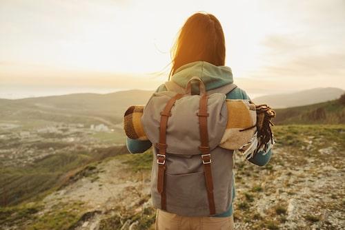 En paketresa kan förutom flyg och boende innehålla en aktivitet som att vandra i bergen.
