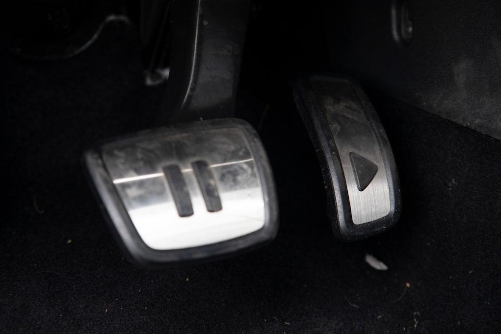 Paus-pedalen behöver inte alltid användas. Play-pedalen kan släppas upp för motorbroms.
