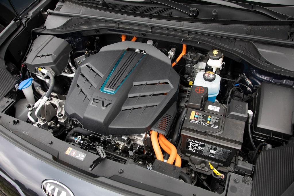 Nej, det är inte en bensinmotor, men av någon anledning vill Kia att den ska se ut som en sådan.