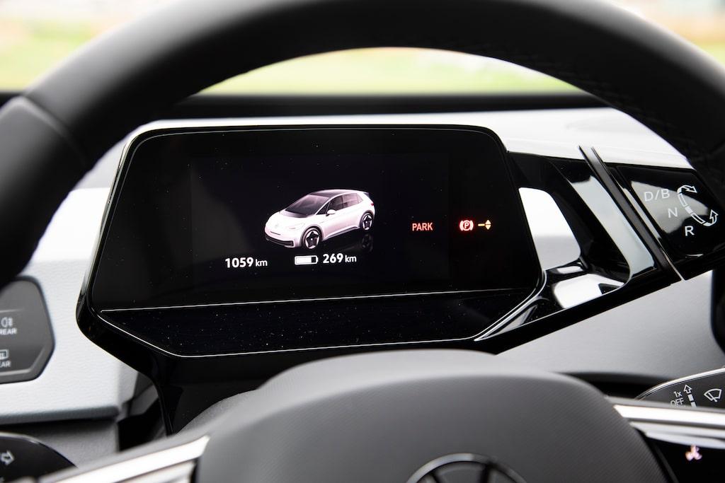 Instrumenteringen framför ratten är liten och innehåller bara den allra nödvändigaste informationen.