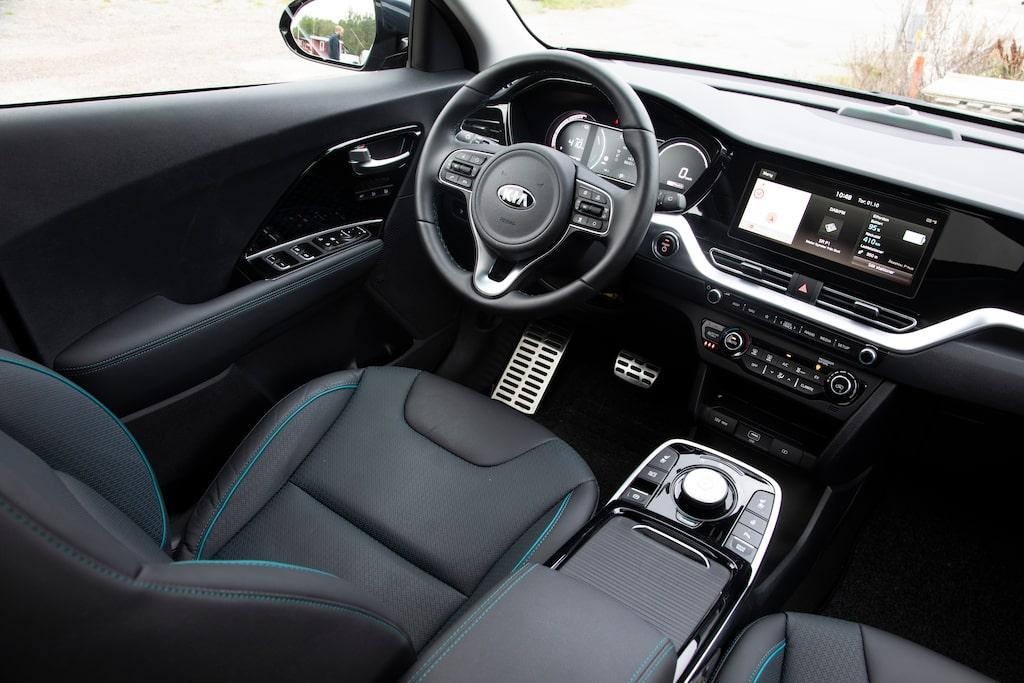 En mörk och stel interiör som inte gör den moderna drivlinan rättvisa. Betydligt bättre körställning än i Hyundai.