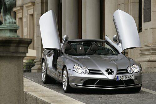 Dörrarna öppnas framåt-uppåt, precis som på SLR coupé.