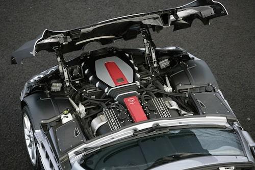 Motorn ligger extremt långt bak för att få till en bra viktfördelning.