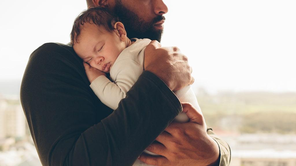 Att trösta sin bebis, eller att låta bebisen somna i famnen – är det att skämma bort?