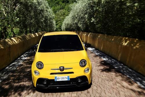 Nej, det är inte din lokala brevbärare som är ute på tur, det är Abarth 595 i nya färgen Modena Yellow.