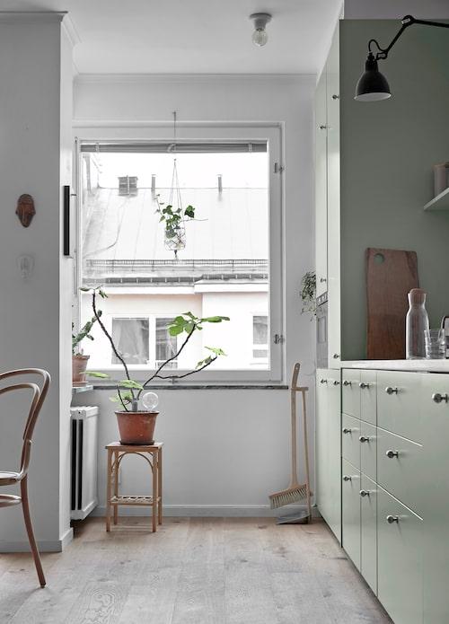 Piedestalen vid köksfönstret är ett loppisfynd och i krukan sitter en dekorativ vattningskula från Lagerhaus.
