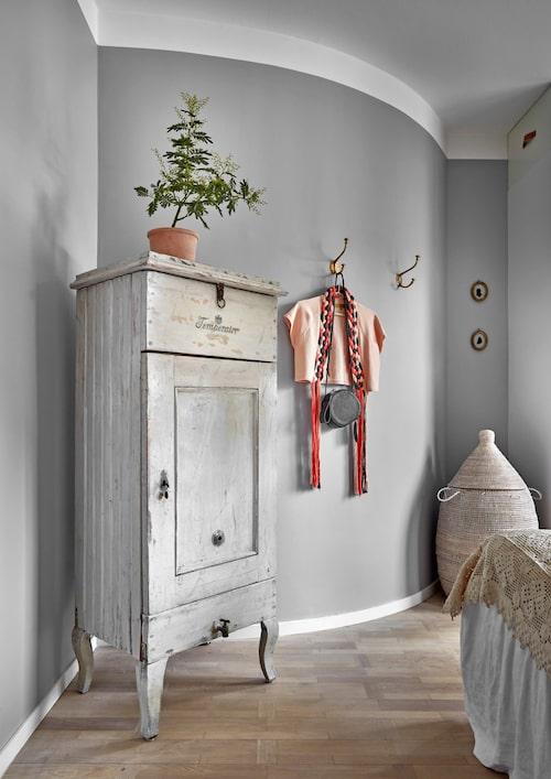 Det gamla kylskåpet är köpt på Nacka byggnadsvård och rymmer bland annat strumpor! Väggkrokar, Brandstationen, tvättkorg, Afroart.