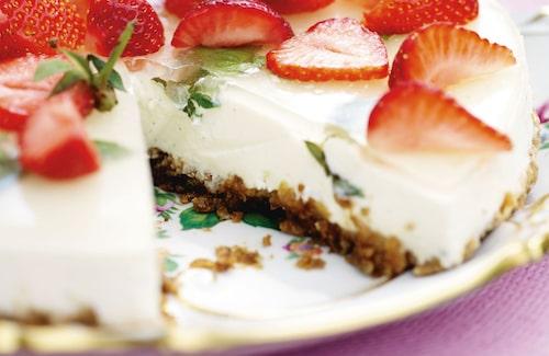 Pynta din flädercheesecake med jordgubbar, mynta och tusensköna (går bra att äta!).