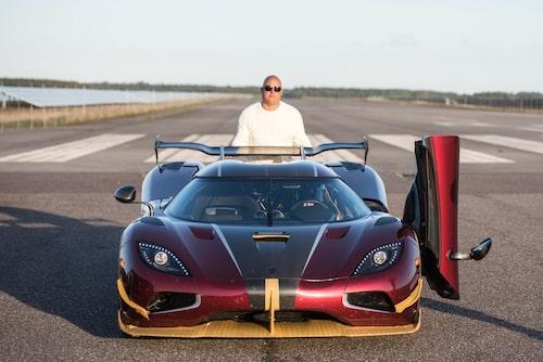 En med all rätt stolt Christian von Koenigsegg ståendes bakom världsrekordbilen.