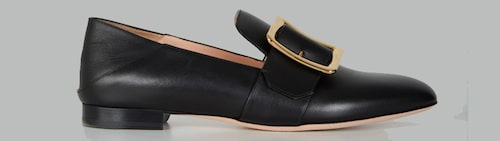 Vårskor 2021: loafers med spänne för dam.
