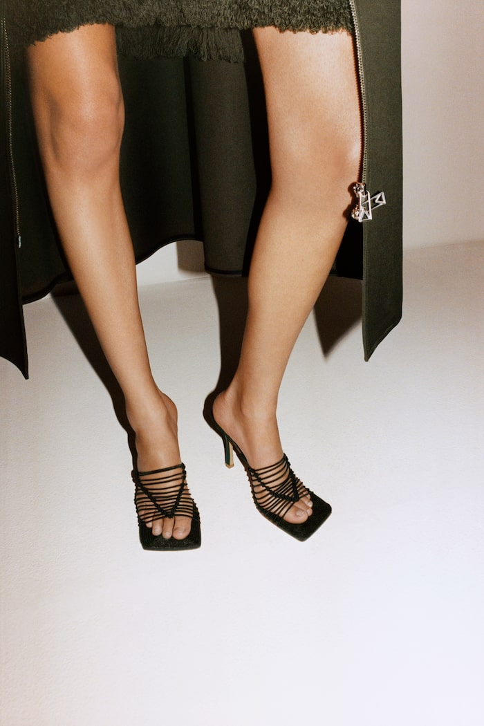 Minimalistiska sandaletter hos Bottega Veneta.