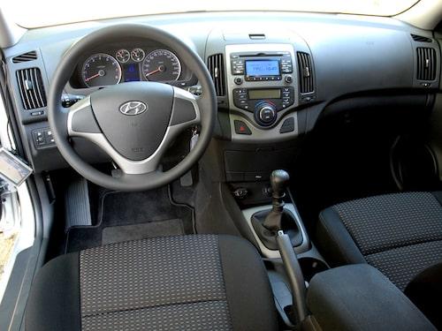 Bekväm och rymlig. Säkerhetsutrustningen omfattar bland annat antipisksnärt-stolar. Hyundai lovar fem stjärnor hos Euro-NCAP.