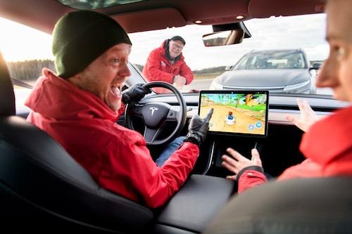 Vilken annan biltillverkare har ett inbyggt tv-spel som du styr med ratten och gaspedalen? Något ska man ju göra när man laddar...