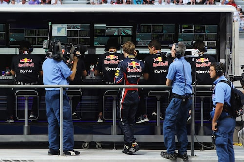 En ovanlig syn – Vettel tittar på loppet från depå efter att ha brutit. Sämsta resultatet i år var innan dess en fjärdeplats under hemmaloppet på Nürburgring.