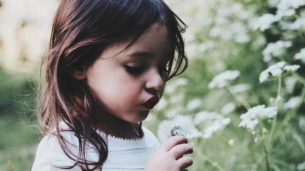 Hur hjälper man ett blygt barn med tics så att det ska bli bra i förskoleklassen? Barnpsykolog Malin Bergström svarar.