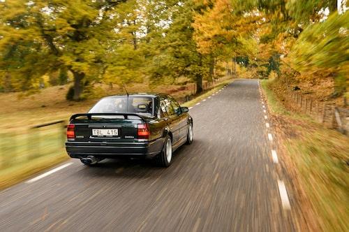 Det dova dånet från motorn är ständigt närvarande, och gasar man på oförsiktigt resulterar det ofelbart i hjulspinn.