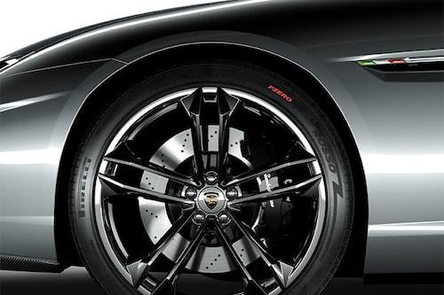 ...sedan kom denna bild som avslöjar att det handlar om en bil med frontmotor...