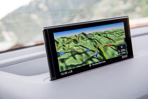 Navigator på skärm eller bakom ratt. Bara att välja.