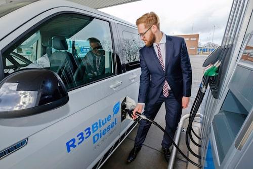 Bensinmackar runt Wolfsburg har börjat erbjuda R33 till konsumenter. R33 BlueDiesel är dock inget revolutionerande bränsle, men nyheten är att det klarar DIN EN 590.