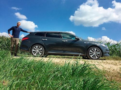 Kia Optima SW är 486 centimeter lång. Volkswagen Passat är nio centimeter kortare, Volvo V90 är åtta centimeter längre.