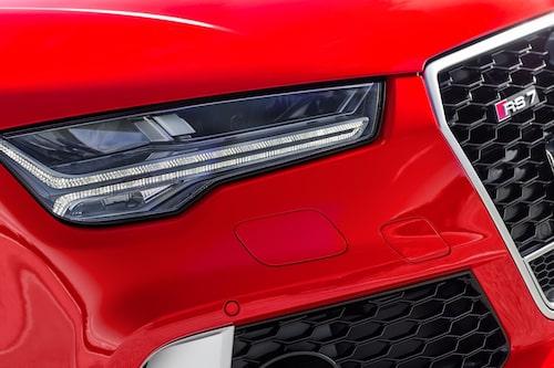 Nya strålkastare invändigt och till designen. Blankare svart färg på grillen. Ny bil!