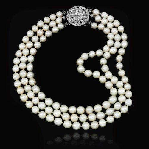 Halsband med tre rader av söt- och saltvattenspärlor samt diamantfäste, beräknat till ett värde av 1,8 – 2,7 miljoner kr.