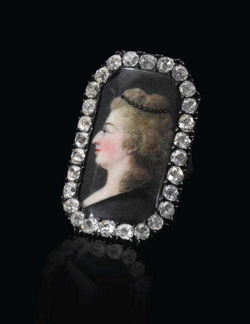 Ring med avbildning av Marie Antoinette, uppskattat värde ca 80 000-120 000 kr..