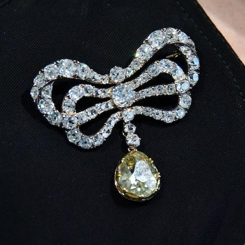 En rosettbrosch med diamanter, f.d. tillhörandes Marie Antoinette, från den senare hälften av 1700-talet. Beräknat värde mellan 450 000-720 000 kr.