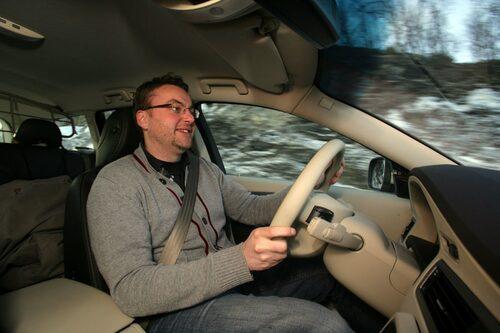 Klart som korvspad att killen ser nöjd ut. Han sitter ju i en varm bil med minus 15 grader utanför!