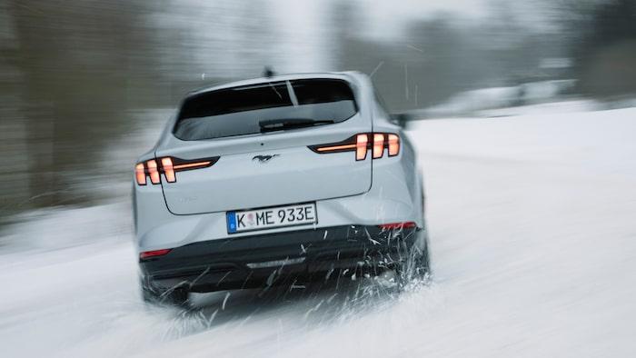 Bakljusen kopplas tydligt till övriga Mustang-modeller. Bakrutetorkaren är onödigt liten.
