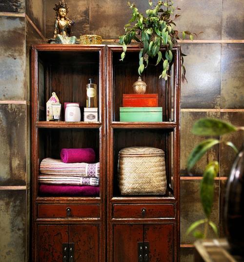 Vacker förvaring i badrummet. Antikt skåp från Kina från Cazami.