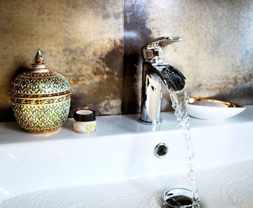 Liten urna, Cazami och blandare Evo 070 waterfall, Tapwell. Tvålfatet är en skål av benporslin och 14 karats guld, K&co. Oval tvål Durance.