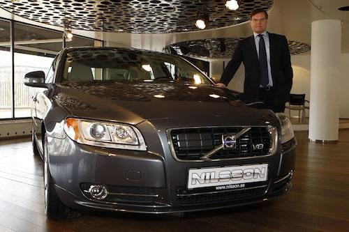 Per Dahlström, vd på Nilsson Special Vehicle, bredvid deras nya utmanare till de tyska limousinerna.