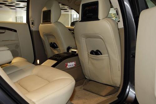 Lyxigt som sig bör i en limousin som kommer väl till pass vid statsbesök och statsministerfärd.
