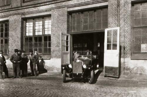 Skärtorsdag 14 april 1927: Första serietillverkade Volvo-bilen någonsin, en ÖV4, rullar ut från fabriken.
