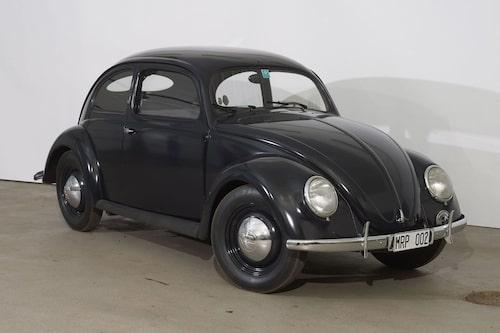 En av världens äldsta Volkswagen-bilar, en svensksåld Volkswagen Typ 1 1948. Säljs under lördagen, precis som 65 andra fordon, nästan alla av märket Volkswagen.