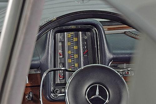 """Stående """"termometermätare"""" irriterade en del av 1960-talets förare och Mercedes-Benz gick snart över till mer lättavlästa mätare."""