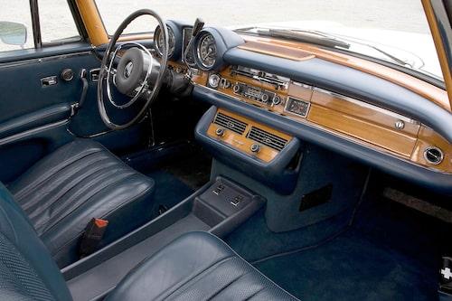 """Fenmercornas intstrumentbrädor var """"kraftigt"""" vadderade av hänsyn till de åkandes säkerhet. Den enkelt utformade ratten var nästan överdimensionerad med gjorde den stora och tunga bilen något lättare att baxa runt. Här syns inredningen i en 220 SE årsmodell 1961."""