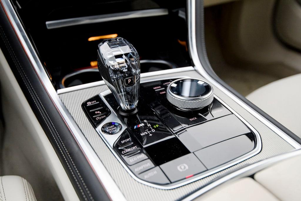 Glasväxelspaksknopp även i BMW M850i. Du kan individualisera din bil, från Dr Jekyll till Mr Hyde.