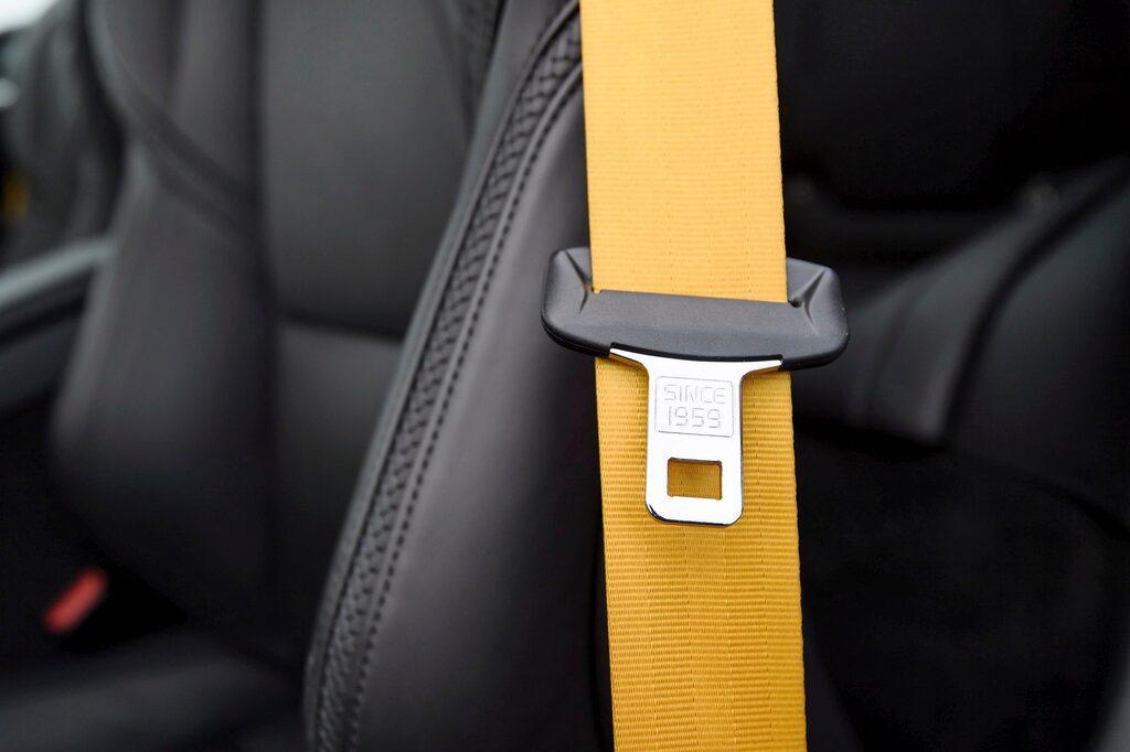 """""""Since 1959"""" står det på säkerhetbältets låstunga, precis som i alla nya Volvo. Guldiga bälten är unikt."""