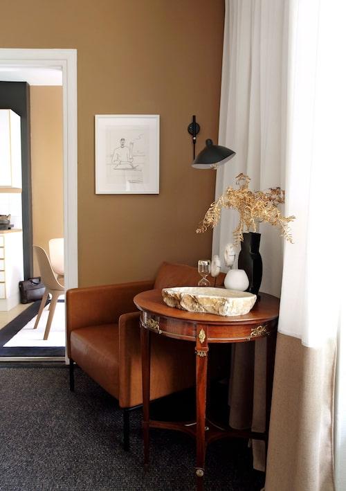 Skön läshörna med skinnfåtöljen Piet från Slettvoll, bord från loppis och vägglampa i design av Serge Mouille 1954. Mattan är en lös bandkantad matta från Slettvoll, måttbeställd precis efterrummets storlek.