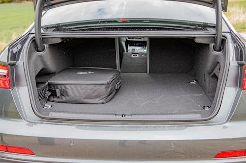 Under golvet finns batteripaketet. Väskan med laddkabeln stjäl mycket plats från bagaget.