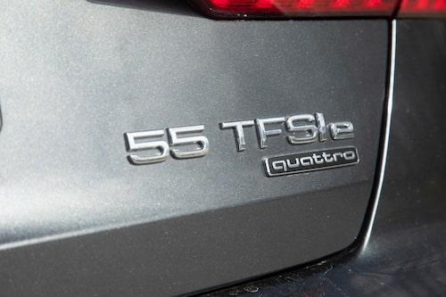 A6 55 TFSI e quattro är det långa modellnamnet, väl rustad med 7,4 kW-laddning och värmepump som gör att kupén kan värmas eller kylas utan att förbränningsmotorn behöver startas.