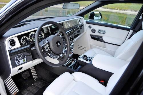 Motorns startas till vänster om ratten. Trots mycket elektronik ombord är känslan analog.