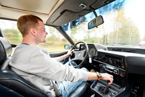 Visst ser det ur som att Jesper sitter och nynnar på en låt? Han verkar i alla fall nöjd, bakom ratten i BMW 633 CSi.
